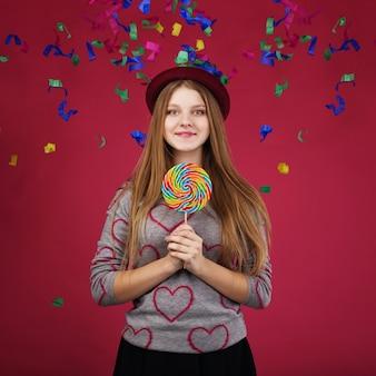 Retrato de una adolescente sosteniendo una paleta de colores