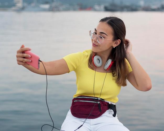 Retrato de adolescente tomando una selfie