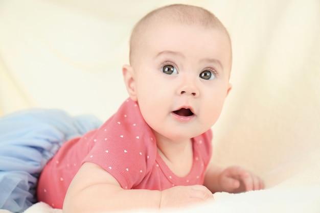 Retrato de adorable bebé en falda de tul a la luz