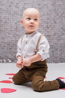 Retrato de adorable bebé mirando a otro lado
