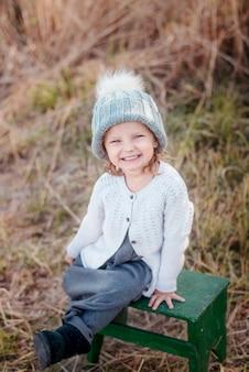 Retrato adorable de la niña pequeña en día hermoso del otoño