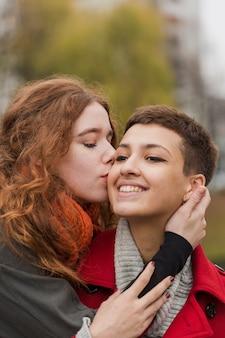 Retrato de adorables mujeres jóvenes enamoradas