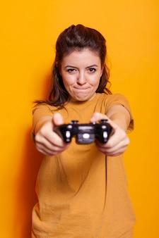 Retrato, de, adulto, con, controlador, en, consola, delante de, cámara
