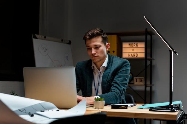 Retrato de adulto trabajando en proyecto empresarial