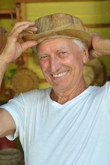 Retrato, de, un, agradable, hombre maduro, en, sombrero