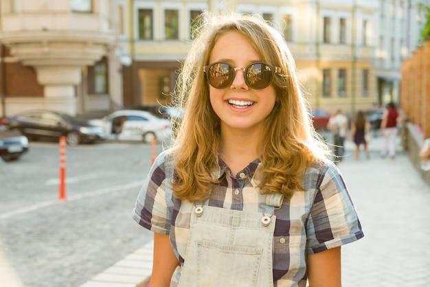 Retrato al aire libre de la adolescente