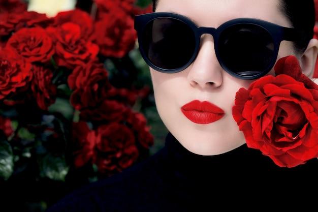 Retrato al aire libre cerca de una mujer bonita