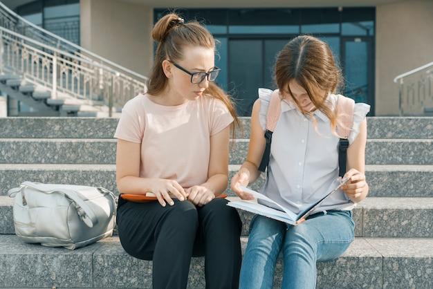 Retrato al aire libre de dos estudiantes jóvenes hermosas