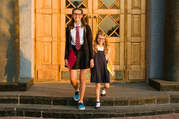 Retrato al aire libre de dos niñas de la escuela.