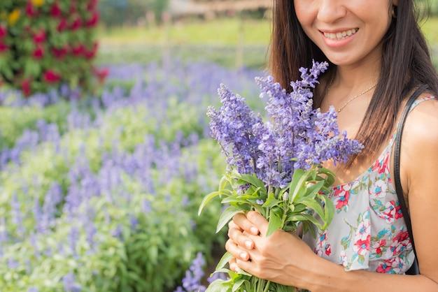 Retrato al aire libre de una hermosa mujer de mediana edad de asia. chica atractiva en un campo con flores