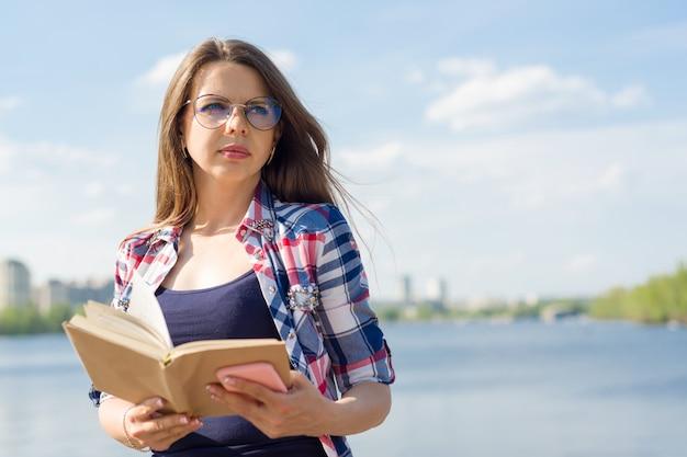 Retrato al aire libre mujer adulta.