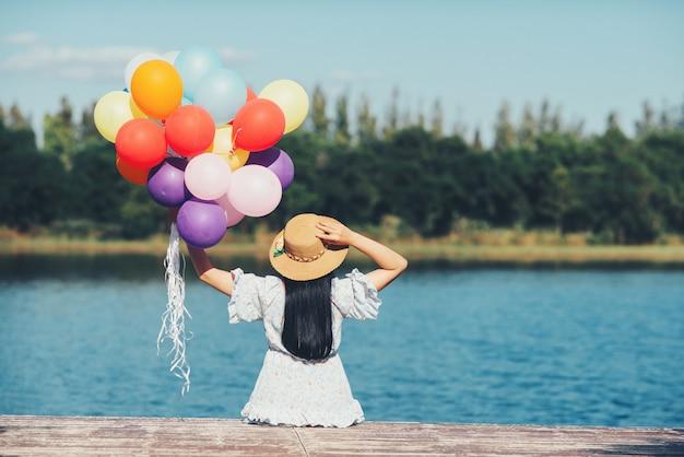 Retrato al aire libre de una mujer hermosa