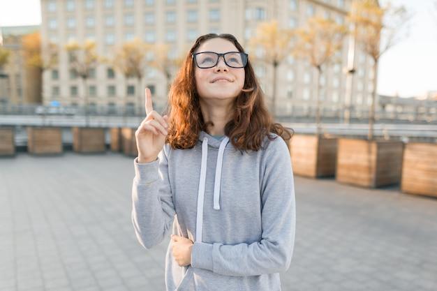 Retrato al aire libre de niña adolescente inteligente