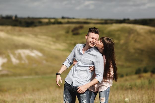 Retrato al aire libre pareja joven. muchacha bonita hermosa que besa al muchacho hermoso.