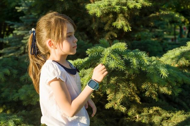 Retrato al aire libre en perfil de una niña de 7 años.
