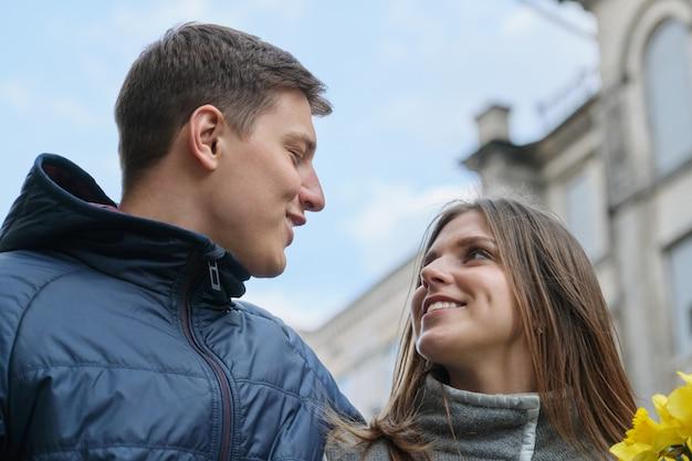 Retrato al aire libre de primavera de la joven pareja