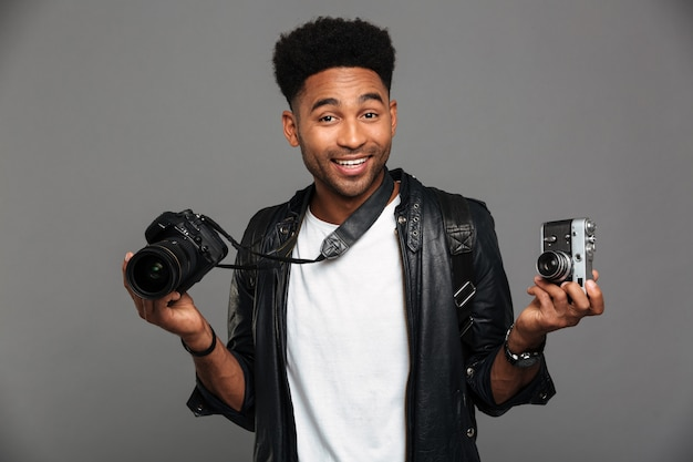 Retrato de un alegre chico afroamericano con chaqueta de cuero