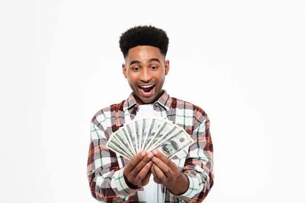 Retrato de un alegre hombre africano feliz