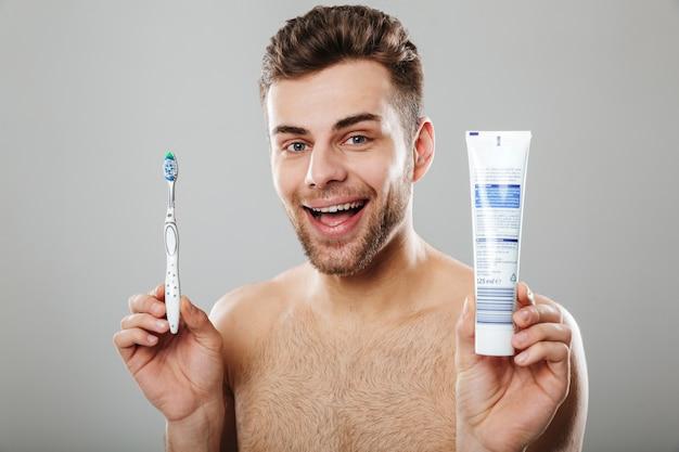 Retrato de un alegre hombre medio desnudo