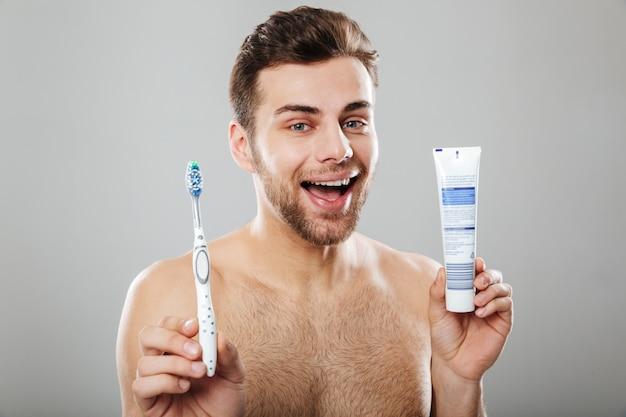 Retrato de un alegre hombre semidesnudo