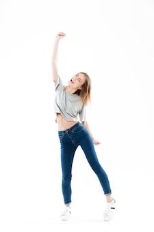 Retrato de una alegre joven feliz celebrando el éxito