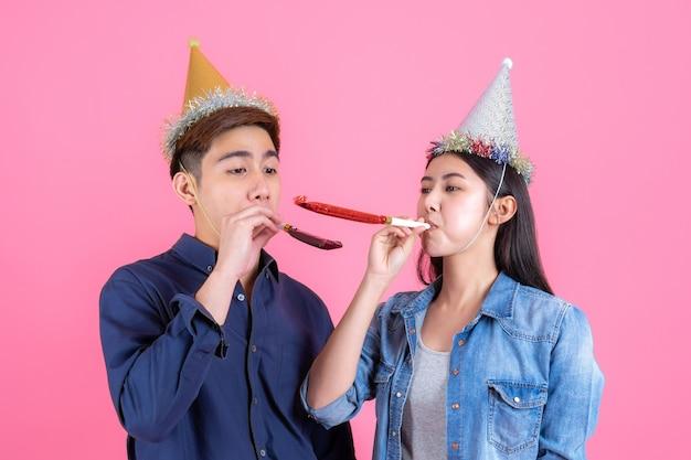 Retrato alegre joven pareja con accesorios de fiesta
