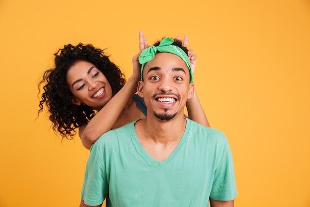 Retrato de una alegre joven pareja africana