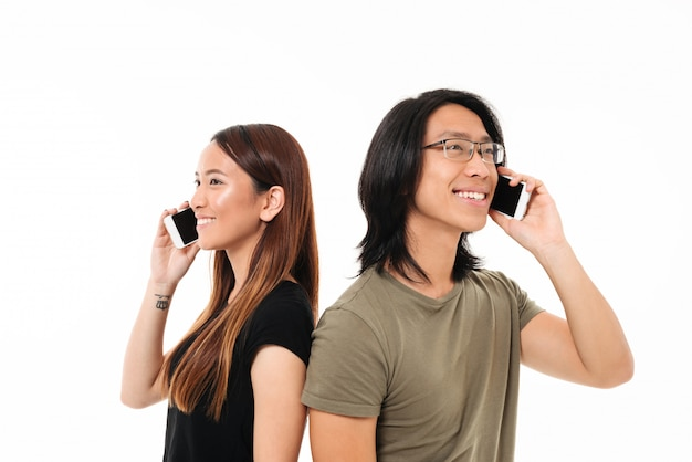 Retrato de una alegre joven pareja asiática