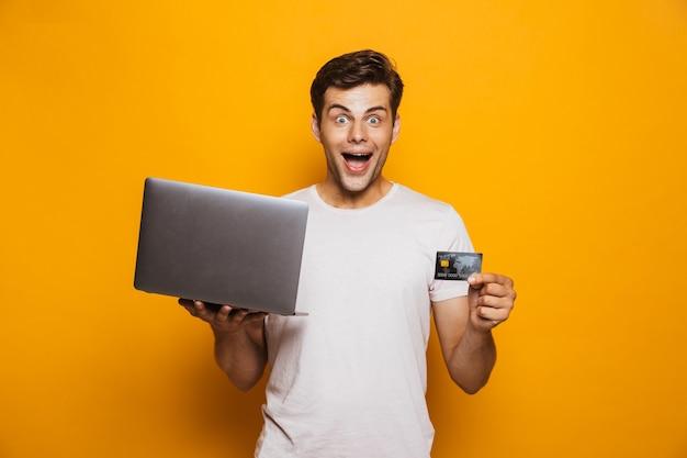 Retrato, de, un, alegre, joven, tenencia, computadora de computadora portátil