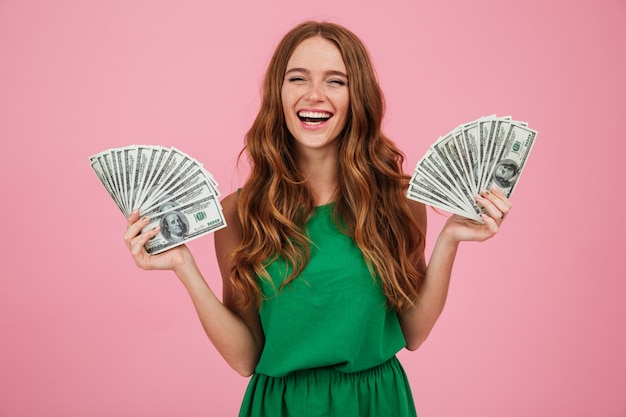Retrato de una alegre mujer feliz con cabello largo