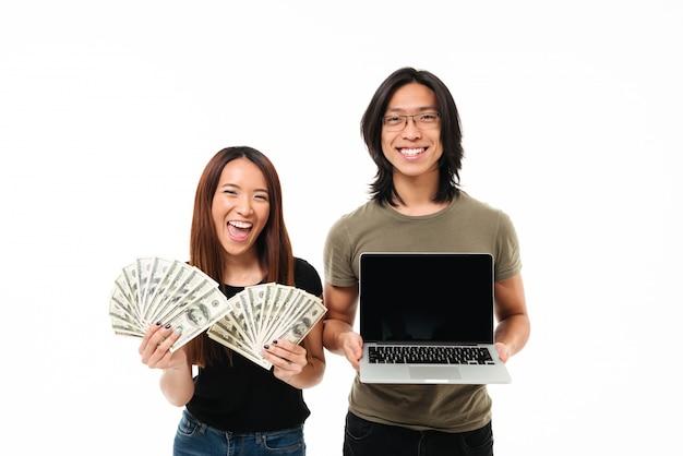 Retrato de una alegre pareja asiática emocionada