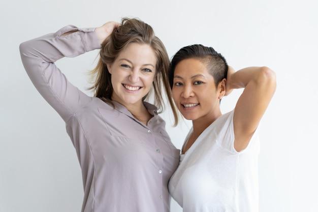 Retrato de alegre pareja lesbiana multiétnica