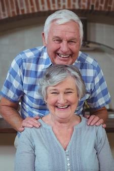 Retrato de la alegre pareja senior