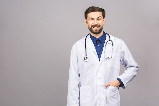 Retrato de alegre sonriente joven médico con estetoscopio sobre el cuello en bata médica