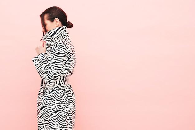 Retrato de alta moda de joven hermosa mujer morena con abrigo de cebra de verano de moda agradable