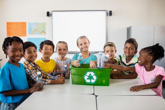 Retrato de alumnos reciclando
