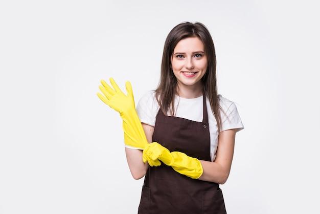 Retrato de ama de casa atractiva joven aislada. mujer ama de llaves con guantes de goma. concepto de estilo de vida de trabajador de ama de casa más limpia.