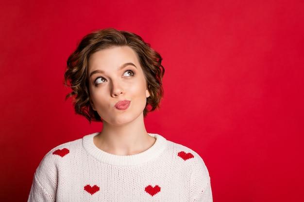 Retrato del amante de la chica linda encantadora sincera las manos cruzadas usan un elegante puente de moda aislado en la pared roja