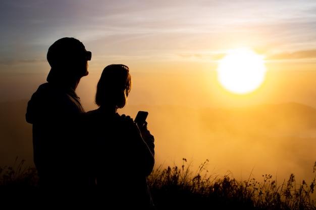 Retrato. los amantes se abrazan al amanecer en el volcán batur. bali, indonesia