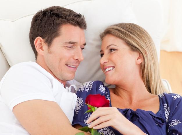 Retrato de amantes relajándose en el sofá