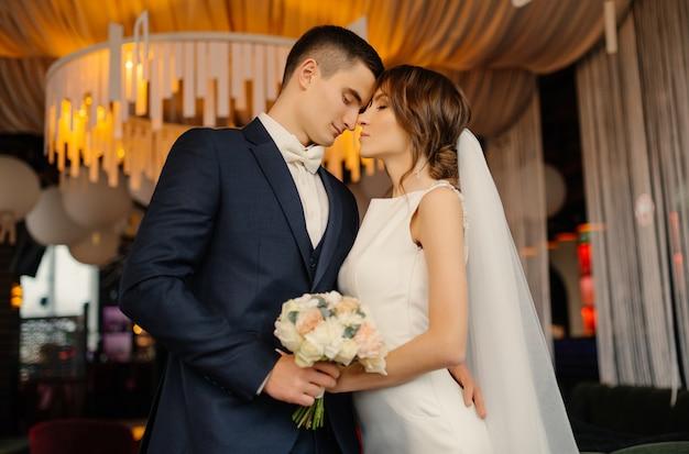 Retrato de amar a los recién casados en un interior moderno. boda, amor, concepto de relación.
