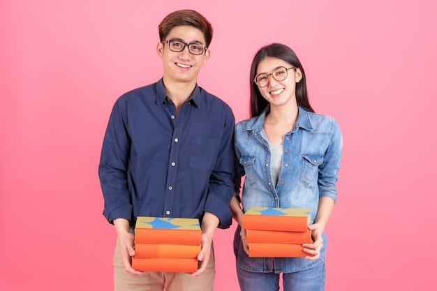 Retrato amigable adolescente hombre y mujer con anteojos y libros