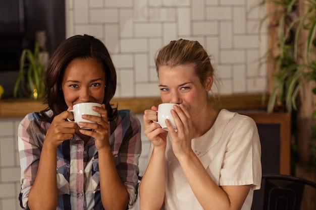 Retrato de amigas tomando café