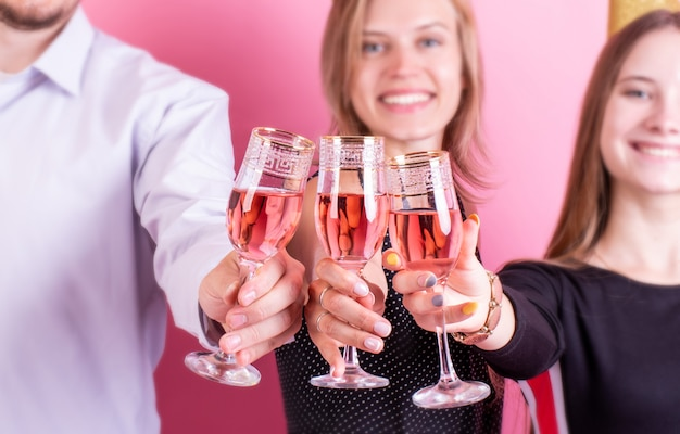 Retrato de amigos alegres brindando en la fiesta de cumpleaños