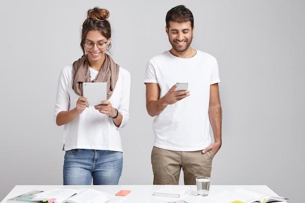 Retrato de amigos alegres positivos reunirse, desarrollar una estrategia comercial, estar siempre en contacto.