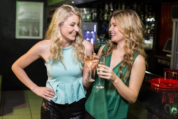 Retrato de amigos bebiendo champaña