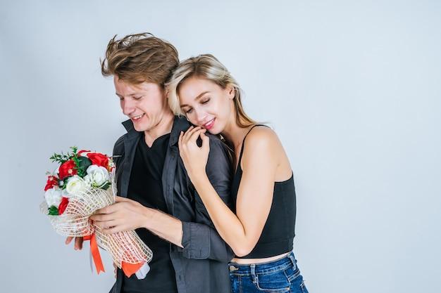 Retrato de amor joven pareja feliz junto con la flor