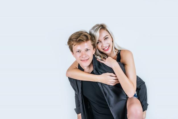 Retrato de amor joven pareja feliz junto