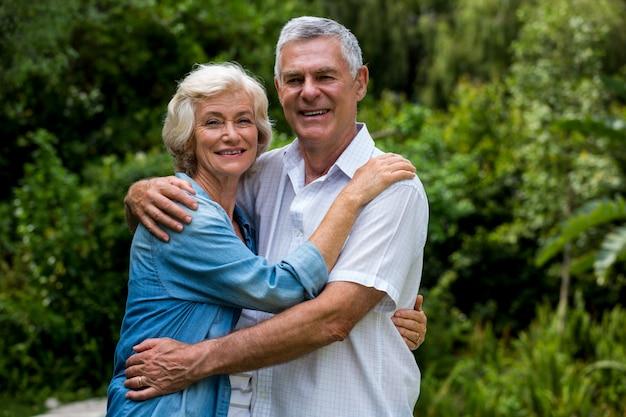 Retrato de amorosa pareja senior en patio