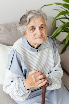Retrato de anciana abuela relajante en casa